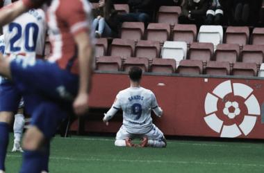 Christian Santos celebrando su gol espectacular en el Molinón. || Fotografía: Deportivo.