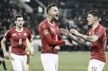 Seferovic celebra uno de sus tres goles. | Foto: Twitter Selección Suiza.
