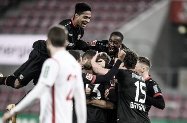 Bayer Leverkusen vence Colônia e segue líder da Bundesliga