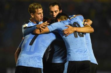 Godín y Giménez, titulares en la goleada de Uruguay