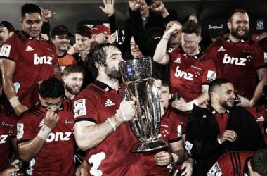 Tras el éxito ante Lions, los del Sur levantaron una nueva copa en SANZAAR. ¿En julio veremos a Sam Whitelock besando el trofeo por tercera vez consecutiva? Crédito: Getty Images.