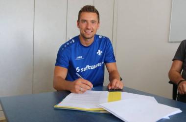 Artur Sobiech signs his new Darmstadt contract. | Photo: SV Darmstadt 98.