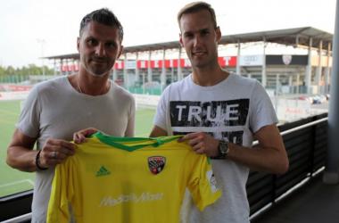 Angelo Vier with Ingolstadt's new signing Marco Knaller. | Photo: FC Ingolstadt 04.