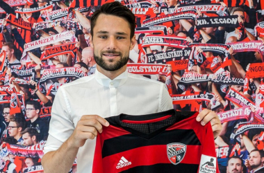 Christian Träsch with his new Ingolstadt shirt. | Photo: FC Ingolstadt 04.