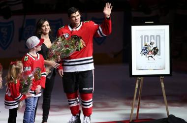 Kunitz, con su familia en el acto de homenaje previo al partido frente a los Devils - chicagotribune.com