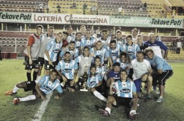 La foto con la copa. // Foto: Atlético de Rafaela Oficial.