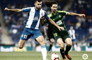 El defensa armero en la disputa del balón // Foto La Liga