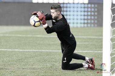 """""""Pichu"""" Cuéllar blocando un balón / Fuente: LaLiga Santander."""
