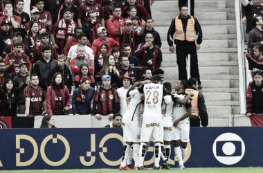 Corinthians atropela Atlético-PR fora de casa com facilidade e encaminha hexacampeonato