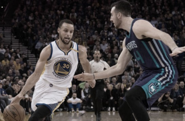 Steph Curry intenta incursionar hacia el aro ante la atenta mirada de Frank Kaminsky. Foto: NBC Sports