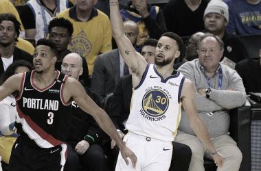 Curry ,McCollum y la afición observan el resultado del tiro del número 30. Fuente: CBS Sports.
