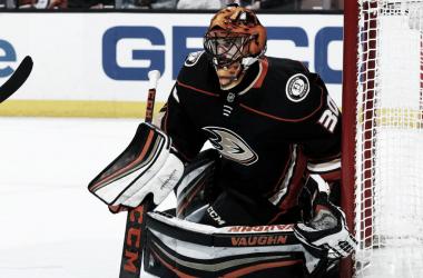 Ryan Miller en un partido con su actual equipo, los Anaheim Ducks. NHL.com
