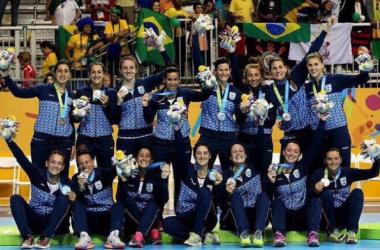 La Selección Argentina con la medalla de plata | Foto: Handball de Primera