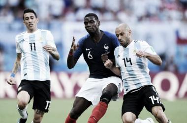 Pogba pelando el balón con Mascherano. |Fuente: FIFA.com