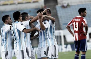 Los jugadores se abrazan luego del gol de Simeone que significó la apertura del marcador.  Foto: Infobae