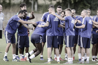"Jugadores del Real Zaragoza ""dando la bienvenida"" a Dwamena | Foto: Real Zaragoza"