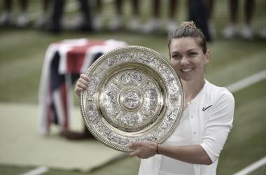 Halep posando con el trofeo | Foto: Wimbledon