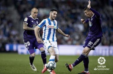 Zaldua pugna por un balón con Rubén Alcaraz y Sandro en el último Real Sociedad - Valladolid. Foto: LaLiga Santander.