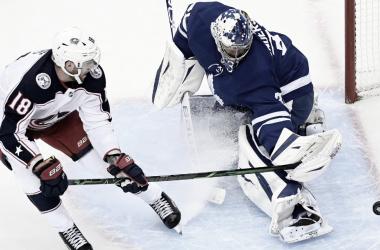 Blue Jackets alargan la sequía de Maple Leafs en playoffs