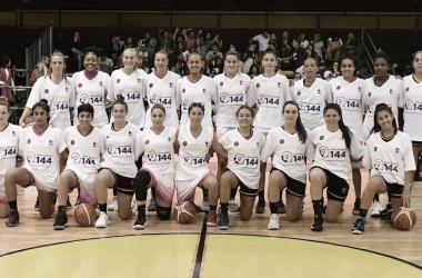 En la previa del partido, Obras y Quimsa con las camisetas del *144 | Foto: Liga Femenina Oficial (AdC)