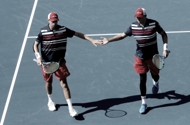 Bob y Mike Bryan celebrando uno de los puntos del partido. Foto: @MiamiOpen