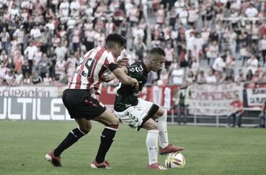 Los futbolistas se disputan la pelota (Foto: Tres de Descuento)
