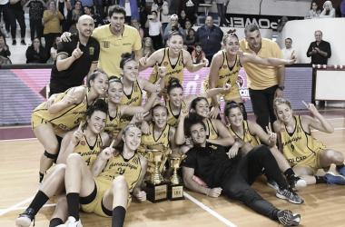 El equipo campeón con sus copas | Foto: Liga Femenina