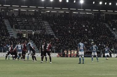 Com gol nos acréscimos, Napoli vence Cagliari e segue atrás da Juventus
