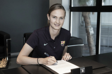 Caroline Graham firmando su contrato. FOTO: FC Barcelona