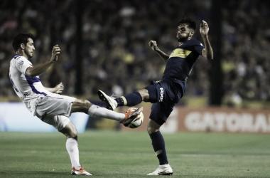 El Pato Galmarini disputando el esférico con Más (Foto: TyC Sports).