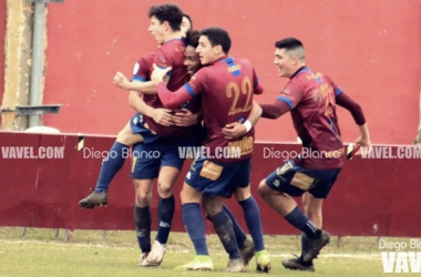 Los jugadores del Navarro celebran el 2-0 | Foto: Diego Blanco - VAVEL