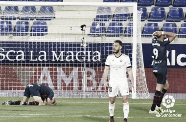 Los jugadores de la SD Huesca se lamentan tras haber fallado una ocasión. Foto: LaLiga.