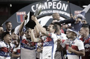 """Los ídolos, """"Chino"""" Luna y """"Pato"""" Galmarini, levantan el trofeo de campeón. Foto: TNT Sports."""