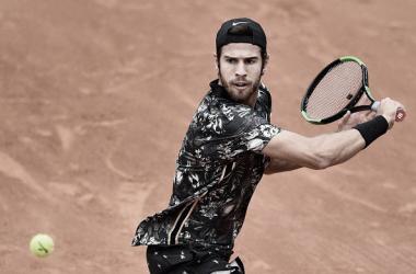 Khachanov pegando su revés con slice | Foto: Roland Garros