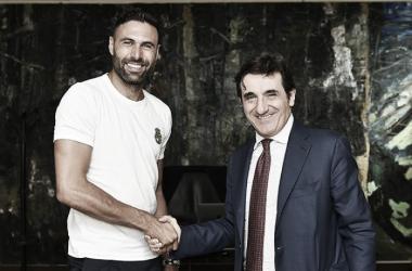 Torino anuncia contratação do goleiro Sirigu, ex-Sevilla