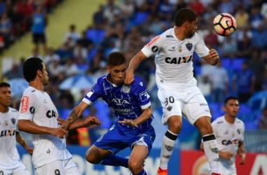 Ortiz peleando una pelota aerea entre jugadores del Mineiro. Fuente: Diario Los Andes.