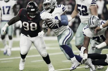 Elliott corre el ovoide ante los Texans // Foto: