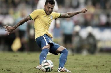 Dani Alves probando de afuera del área. Última prueba de Brasil antes del arranque del Mundial, en su casa (FOTO: Fifa.com).