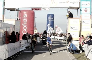 Daniel Martin celebra el triunfo. Foto: Volta ao Algarve