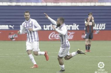 Daniele Verde celebra el gol del empate en Ipurúa, mientras que Sergi Enrich se queda con la miel en los labios (FOTO:// LaLiga)