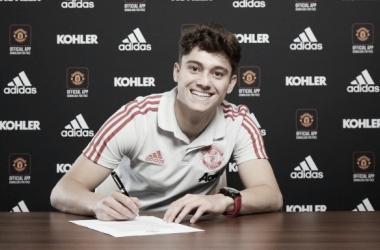 Daniel James en la firma de su contrato | Foto: Manchester United