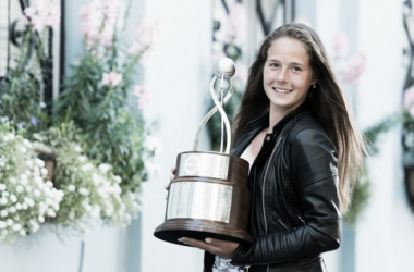 Daria Kasatkina poses along with her trophy from this year's competition | Photo: Volvo Car Open