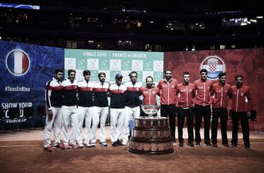 Los integrantes de cada equipo posan durante el sorteo de los emparejamientos. Foto: daviscup.com