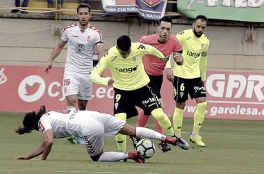 Reyes intenta irse de la presión de un contrario. Córdoba CF