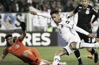 """Em duelo pessoal com Cássio, Lucas Barrios elogia atuação contra Colo-Colo: """"Grande goleiro"""""""