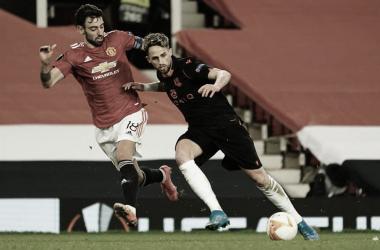 Januzaj protege el balón ante Bruno Fernandes. / Vía: Real Sociedad