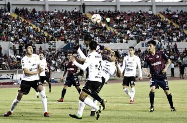 Javier Báez a punto de conectar el esférico de chilena. Fotografía: Cimarrones de Sonora.