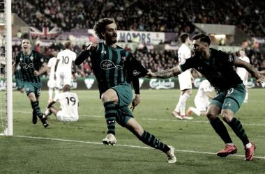 Manolo Gabbiadini celebrando la victoria de los santos | Fotografía: Premier League