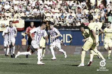 Toni Villa lleva el balón ante la mirada de los jugadores del Villarreal | LaLiga