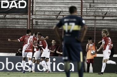Los jugadores de Argentinos Juniors festejan el primer tanto del 'Bicho'. Foto: SportsCenter.